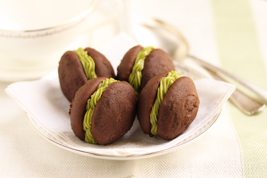 Post image for Chocolate Sandwich Cookies with Matcha Filling